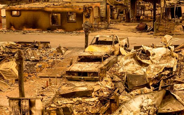 6 muertos, evacuaciones y devastación por incendios en California