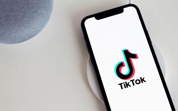 CEO de TikTok renuncia ante presión de EEUU