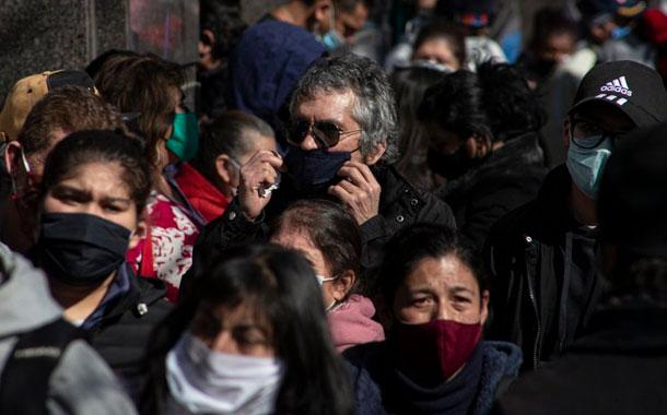 Aglomeraciones en capital chilena al relajar cuarentena