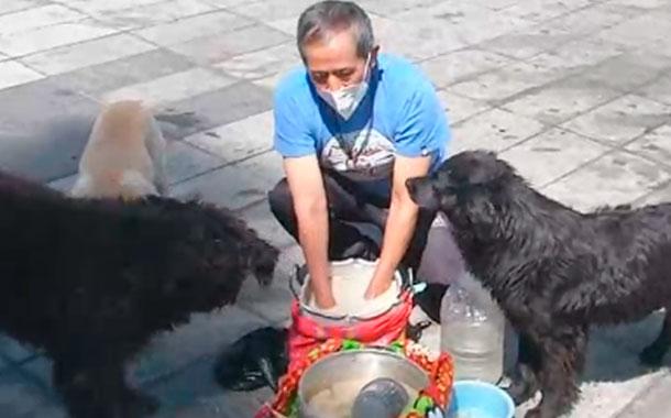 Don Gonzalo recibió ayuda para seguir alimentando a los animales rescatados