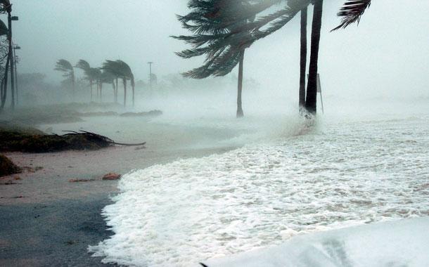 "Laura se convierte en un ""destructivo"" huracán categoría 4"