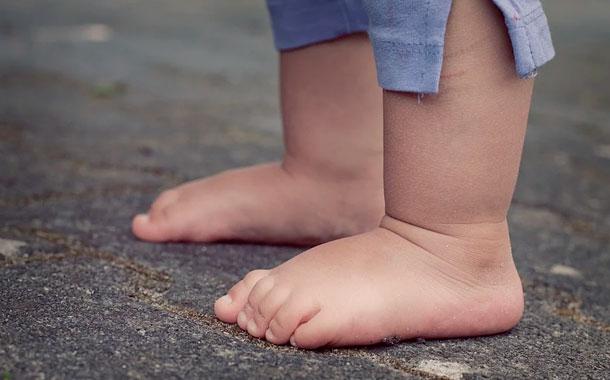 El FBI sigue buscando a madre de un niño hallado solo en una calle de EEUU
