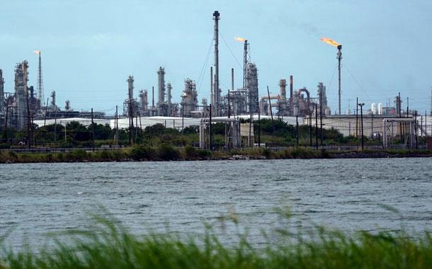 Cierran plataformas, torres y refinerías por huracán en EE.UU.