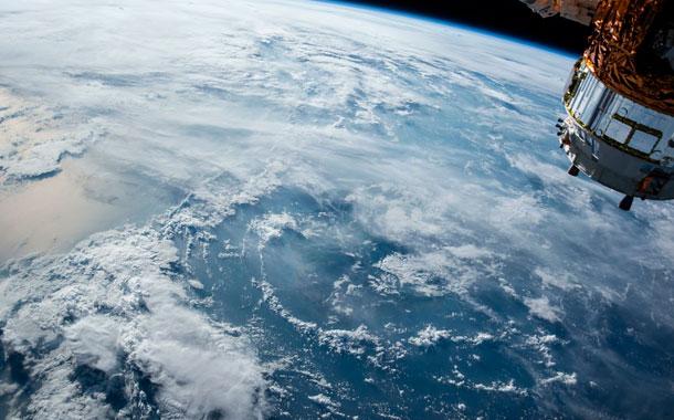 SpaceX lanza al espacio 57 satélites para internet de alta velocidad