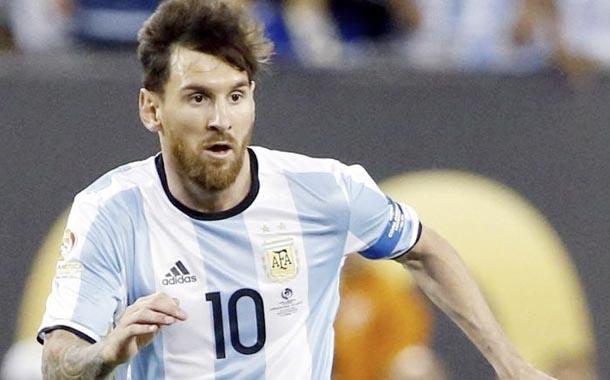 Argentina convoca a 30 futbolistas del exterior para enfrentar a Ecuador