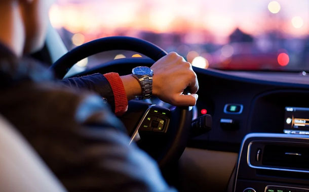 Joven choca tras presumir su nuevo auto de lujo en redes sociales