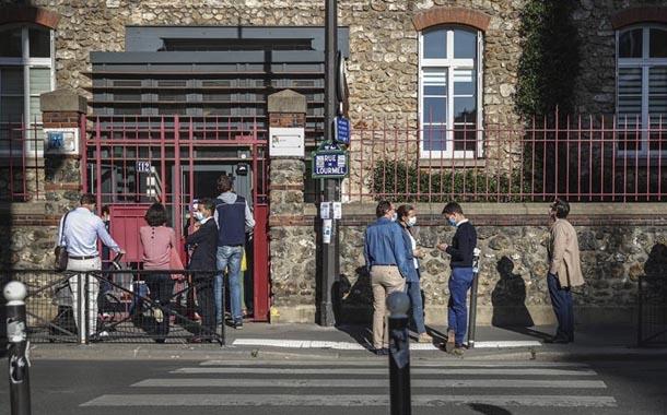 Francia cierra 81 colegios por brotes de coronavirus positivo