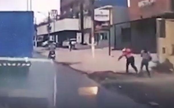 Un ladrón y su cómplice son derribados luego de asaltar a una mujer