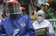 Médicos exigen mejores sueldos en Perú en medio de pandemia