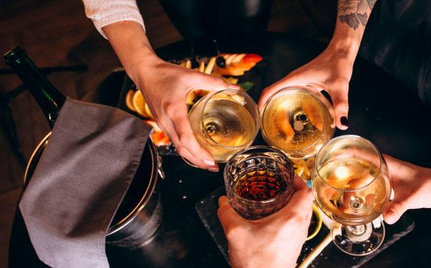 Mujer de EEUU desata contagio masivo en Alemania al ir a bares en cuarentena