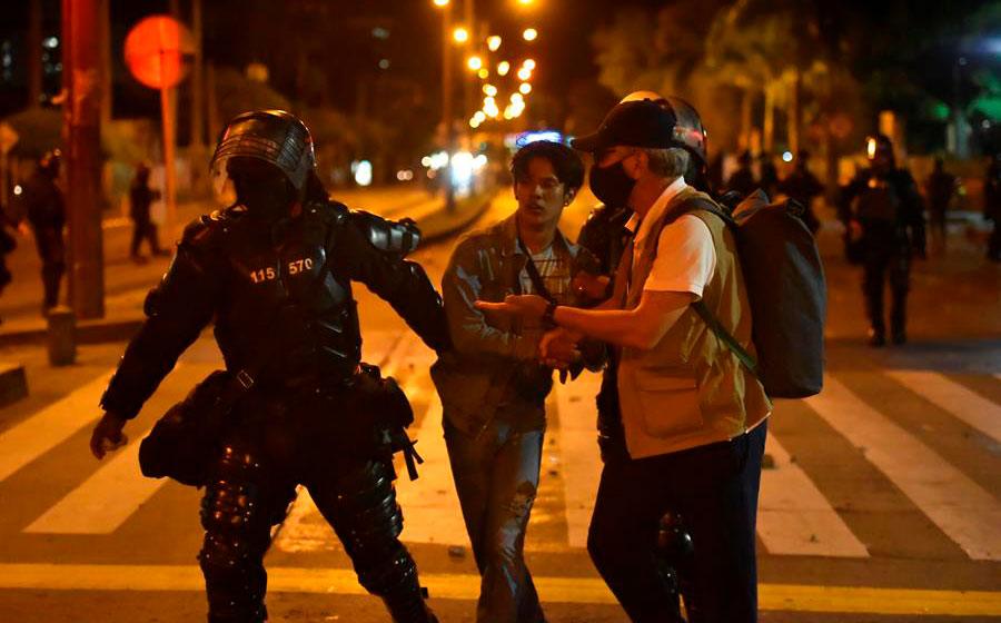 Siete muertos, 140 heridos y destrozos tras disturbios en Colombia