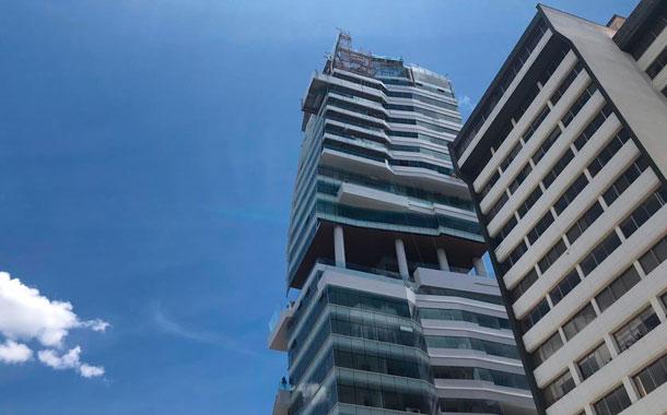 Jóvenes saltaron en paracaídas de un edificio de 24 pisos en Quito