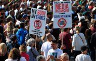 Activistas contra el confinamiento y las vacunas piden en Londres
