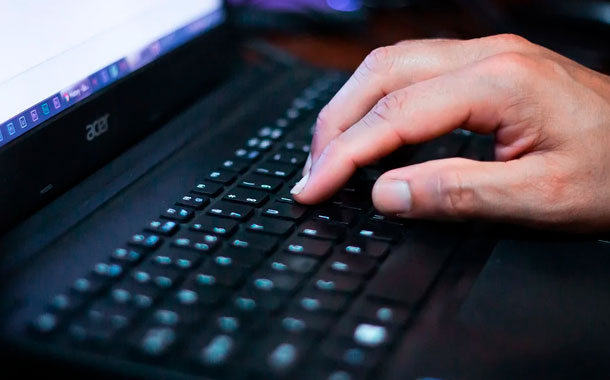Maestra humilla a estudiante por recibir clases en un cyber