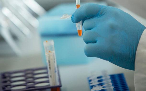 Moderna ralentiza inscripción a ensayo de vacuna para incluir a más minorías