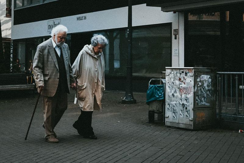 OMS insta a preocuparse más por los ancianos durante la pandemia