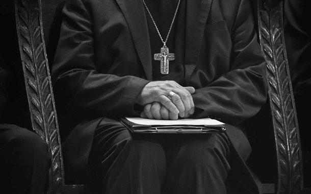 Padre renuncia a obispado por denuncia de abuso sexual
