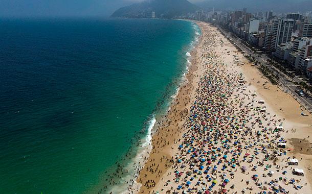 Aglomeraciones en playas de Río de Janeiro en medio de la desescalada