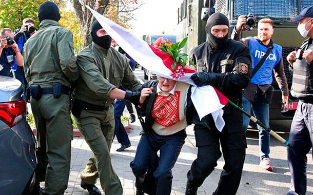 Más de 300 detenidos en una marcha de mujeres en Minsk