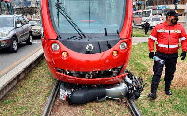 Motociclista se salva de milagro tras accidentarse con el tranvía