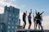 Jóvenes caen desde una terraza al intentar tomarse una foto