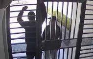 Delincuentes fuerzan la puerta para robar en un edificio en el norte de Quito